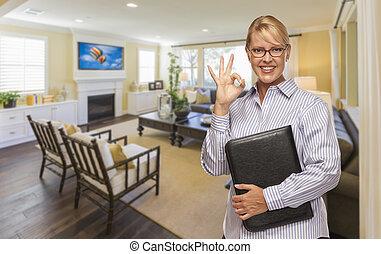 grundstücksmakler, mit, stimmen zeichen, in, a, wohnzimmer