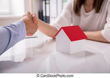 grundstücksmakler, schüttelnde hand, mit, seine, klient