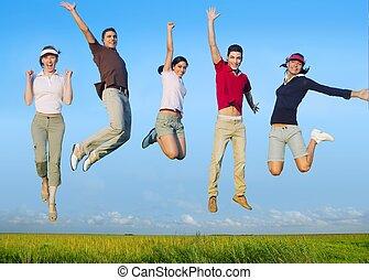 grupa, łąka, ludzie, młody, skokowy, szczęśliwy