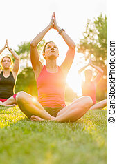grupa, 3 kobiety, yoga, natura