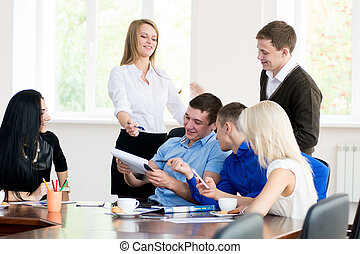 grupa, biuro, handlowy zaludniają, młody, zabawa, problem, dyskutując, posiadanie