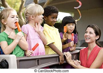 grupa, daycare, dzieci, nauczyciel, rozmaity, 5, rok stary, interpretacja, preschool