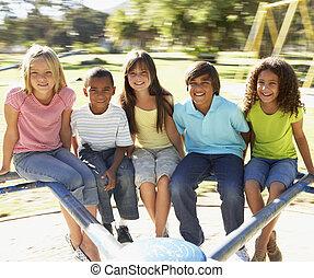 grupa dzieci, jeżdżenie, na, karuzela, w, plac gier i zabaw