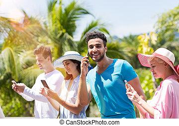 grupa, gaworząc, ludzie, media, internet, młody, telefon, outdoors, przez, towarzyski, communication:, rozmowa telefoniczna, zrobienie