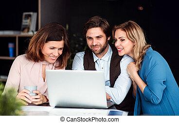 grupa, handlowy zaludniają, biuro, laptop., używając, posiedzenie