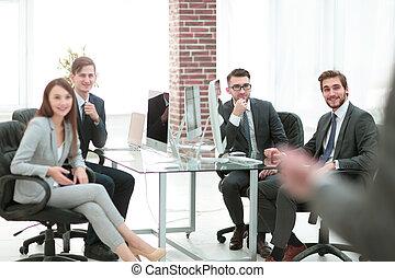 grupa, handlowy zaludniają, offic, tło, spotkanie