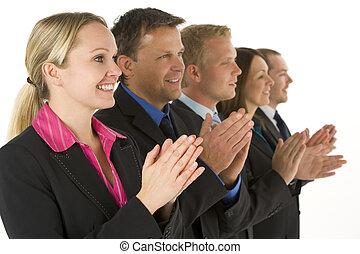 grupa, handlowy zaludniają, oklaskując, kreska, uśmiechanie się