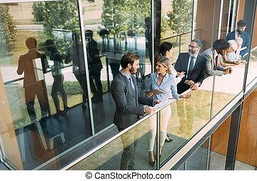 grupa handlowych ludzi, mówiąc do, nawzajem