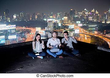grupa handlowych ludzi, pracujący dalejże, niejaki, poddasze, w nocy, z, mglisto, miasto, tło, handlowa technologia, pojęcie