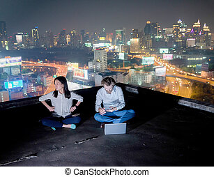 grupa handlowych ludzi, pracujący dalejże, niejaki, poddasze, w nocy, z, mglisto, miasto, tło, niejaki, para, czas teraźniejszy czasownika be, nie, zainteresowany, nawzajem