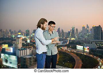 grupa handlowych ludzi, pracujący dalejże, niejaki, poddasze, z, mglisto, miasto, tło, handlowa technologia, pojęcie