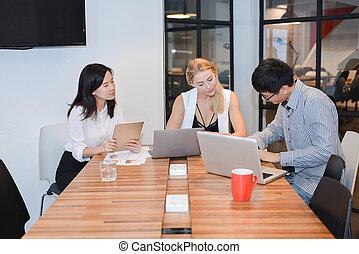 grupa handlowych ludzi, spotkanie, w, niejaki, spotkanie pokój, dzielenie, ich, pojęcia