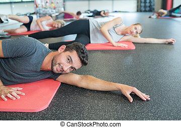 grupa ludzi, czyn, yoga studio