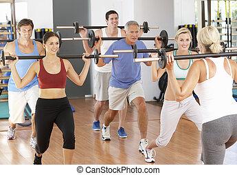 grupa ludzi, podnoszenie obciąża, w, sala gimnastyczna