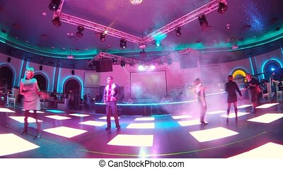 grupa ludzi, taniec, w, klub nocy, na, dancefloor