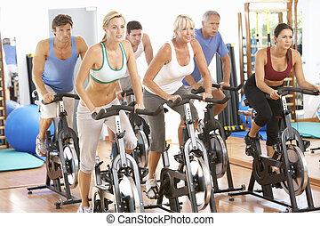 grupa ludzi, w, przędzenie, klasa, w, sala gimnastyczna