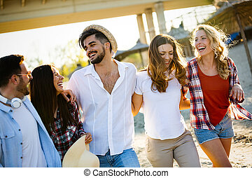 grupa, ludzie, młody, radosny, bonding, inny, każdy, uśmiechanie się