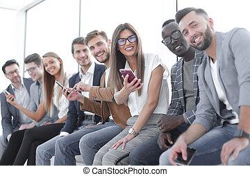 grupa, ludzie, nowoczesny, młody, gadżety, używając