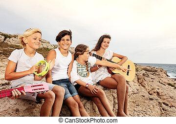 grupa, młody, muzycy, zabawa, plaża, posiadanie