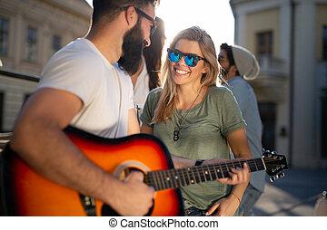 grupa, młody, posiadanie, gitara, zabawa, przyjaciele, interpretacja, kobiety