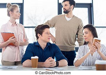 grupa, od, młody, handlowy zaludniają, siebie przeglądnięcia, na, miejsce pracy, w, handelek, biuro