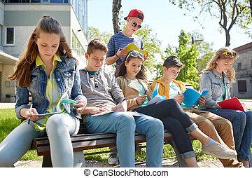 grupa, od, studenci, z, katalogi, na, szkoła dziedziniec