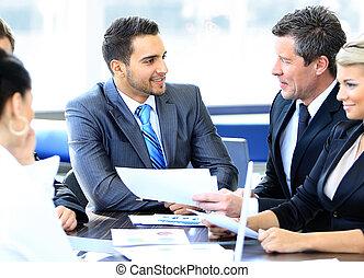 grupa, od, szczęśliwy, handlowy zaludniają, w, niejaki, spotkanie, na, biuro