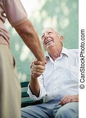 grupa, od, szczęśliwy, starsi mężczyźni, śmiech, i, mówiąc