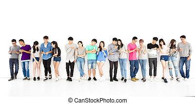 grupa, oglądając, młody, telefon, student, mądry, szczęśliwy