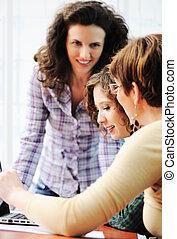 grupa, pracujące ludzie, laptop, to, młode przeglądnięcie, szczęśliwy