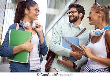 grupa, studenci, badając, uniwersytet, młody, multiracial, kolegium, razem., przyjaciele, szczęśliwy
