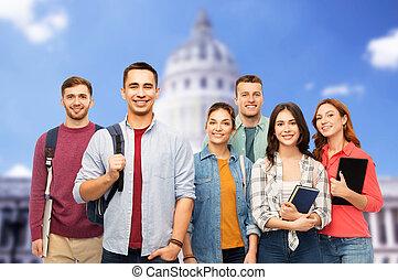 grupa, studenci, dom, na, książki, biały