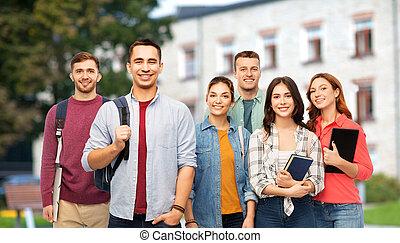 grupa, studenci, na, książki, uśmiechanie się, campus