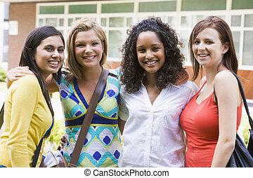 grupa, studenci, patrząc, aparat fotograficzny, outdoors, uśmiechanie się