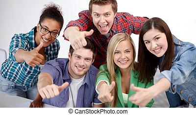 grupa, studenci, pokaz, do góry, kciuki, szczęśliwy