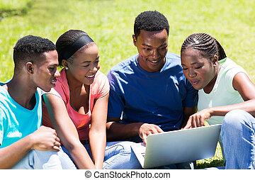 grupa, studenci, uniwersytet, afrykanin, używający laptop
