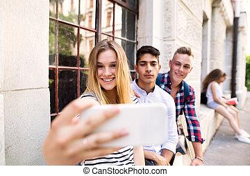 grupa, studenci, uniwersytet, selfie., przód, wpływy