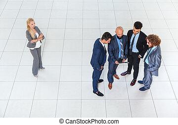 grupa, tabliczka, handlowy, dyskusja, mężczyźni, komputer, używając, spotkanie