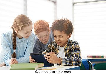 grupa, tabliczka, używając, dzieciaki, szkoła