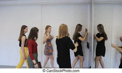 grupa, taniec, po, dziewczyny, szybko, quits, lesson., hala