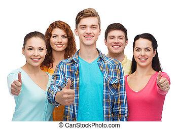 grupo, actuación, adolescentes, arriba, pulgares, sonriente