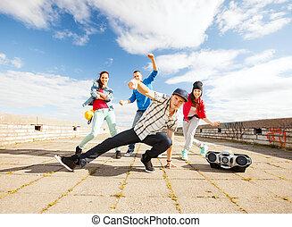 grupo, adolescentes, bailando
