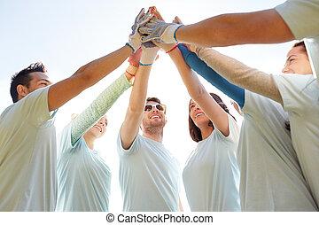 grupo, alto cinco, ao ar livre, fazer, voluntários