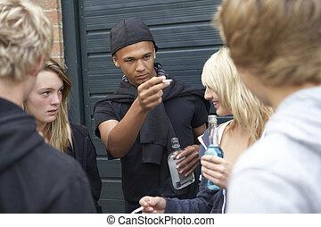 grupo, ameaçar, adolescentes, junto, exterior, penduradas, bebendo, saída