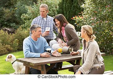 grupo amigos, ao ar livre, desfrutando, bebida, em, bar,...