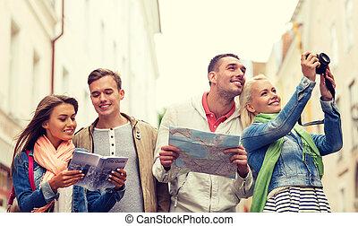 grupo amigos, com, cidade, guia, mapa, e, câmera