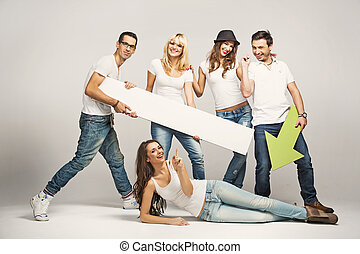 grupo amigos, desgastar, camisetas brancas