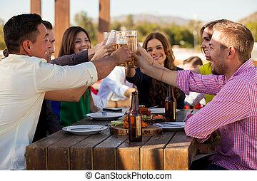 grupo amigos, fazer, um brinde