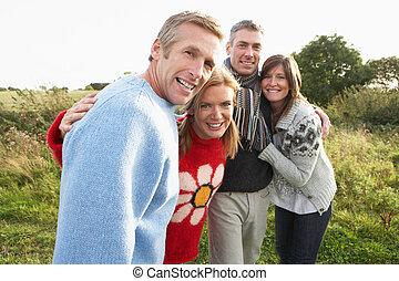 grupo amigos, ligado, caminhada dentro, outono, campo, junto