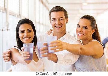 Grupo, amigos, tendo, bebidas